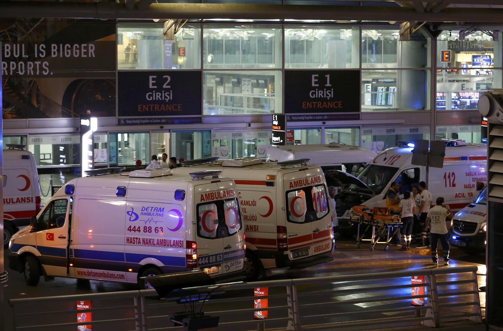 В результате взрывов в стамбульском аэропорту погибли 10 человек