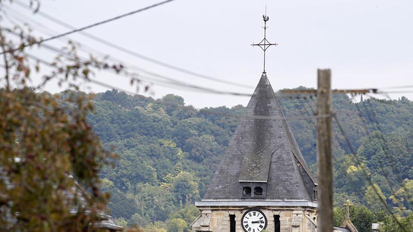 Колокольня церкви в Сент-Этьен-дю-Рувре, на которую было совершено нападение