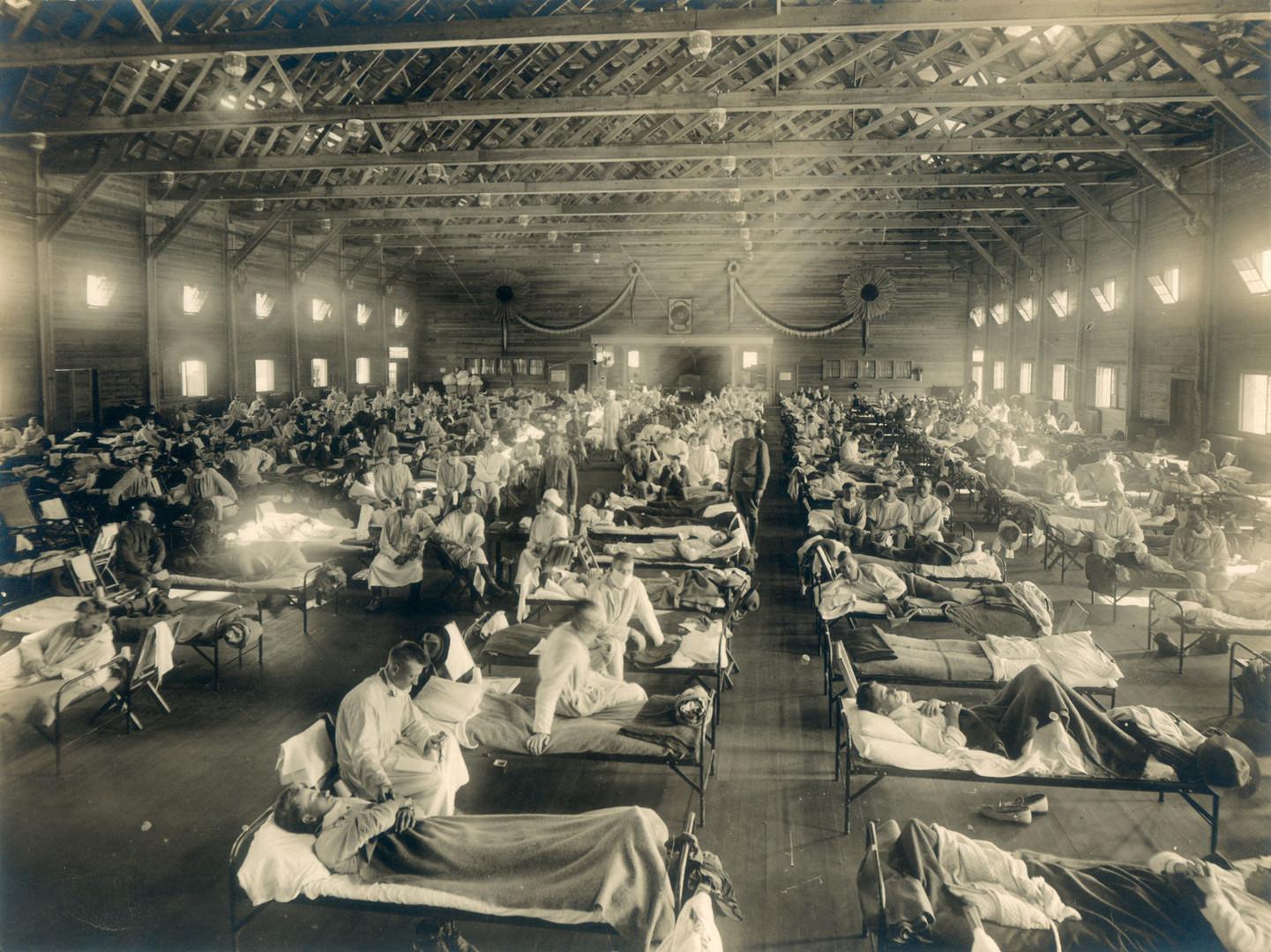 Военный госпиталь во время эпидемии «испанки», лагерь Фанстон в американском штате Канзас, конец 1918 — начало 1919 года