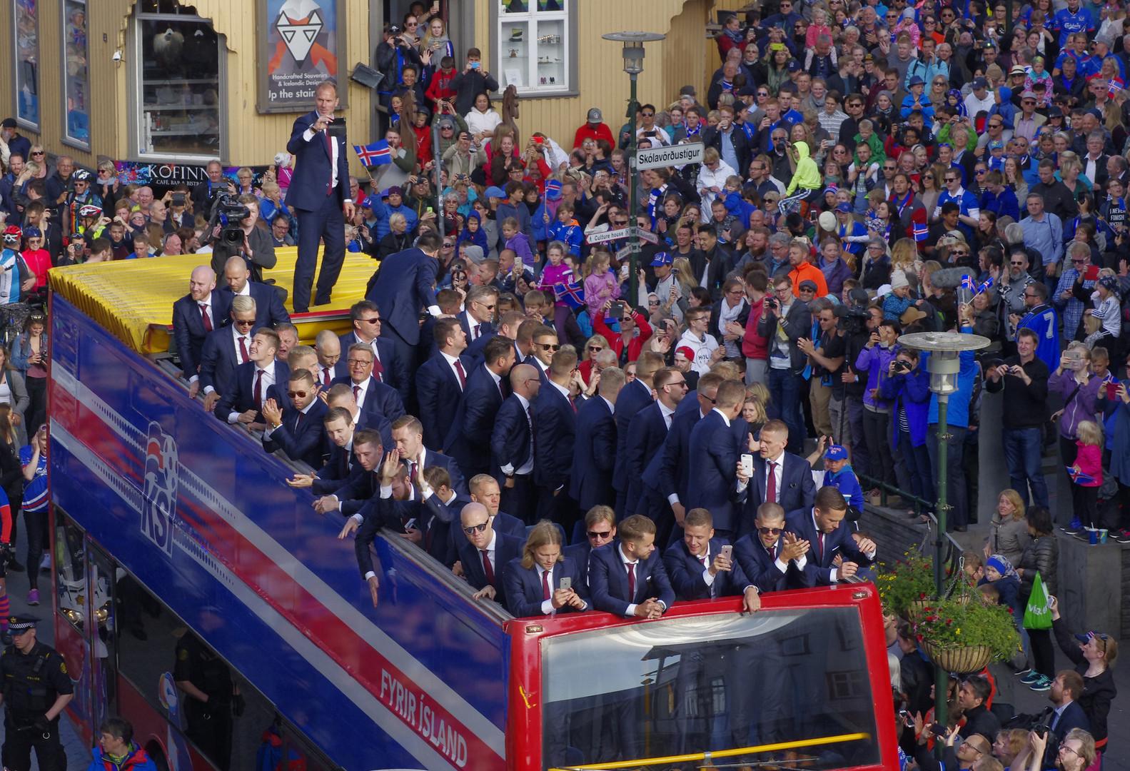 Сборная Исландии по футболу едет по центру Рейкьявика.