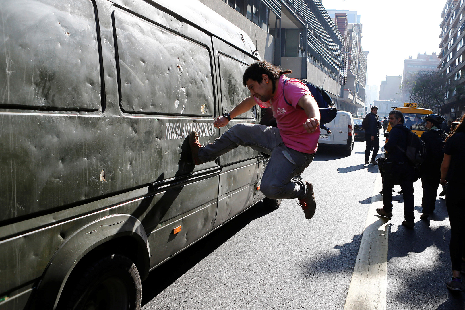 Протестующий чилиец.