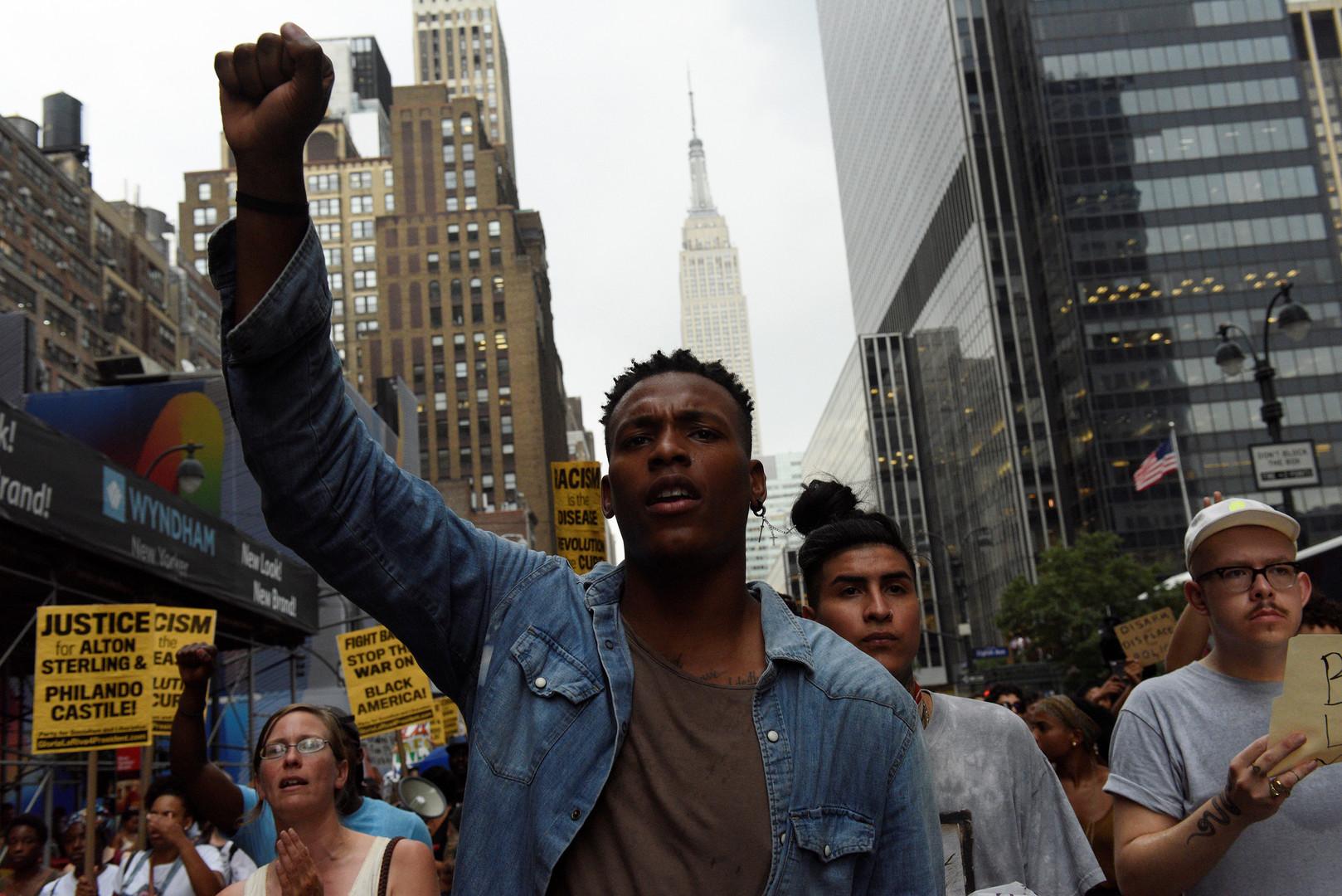 Протестующий на улице Нью-Йорка.