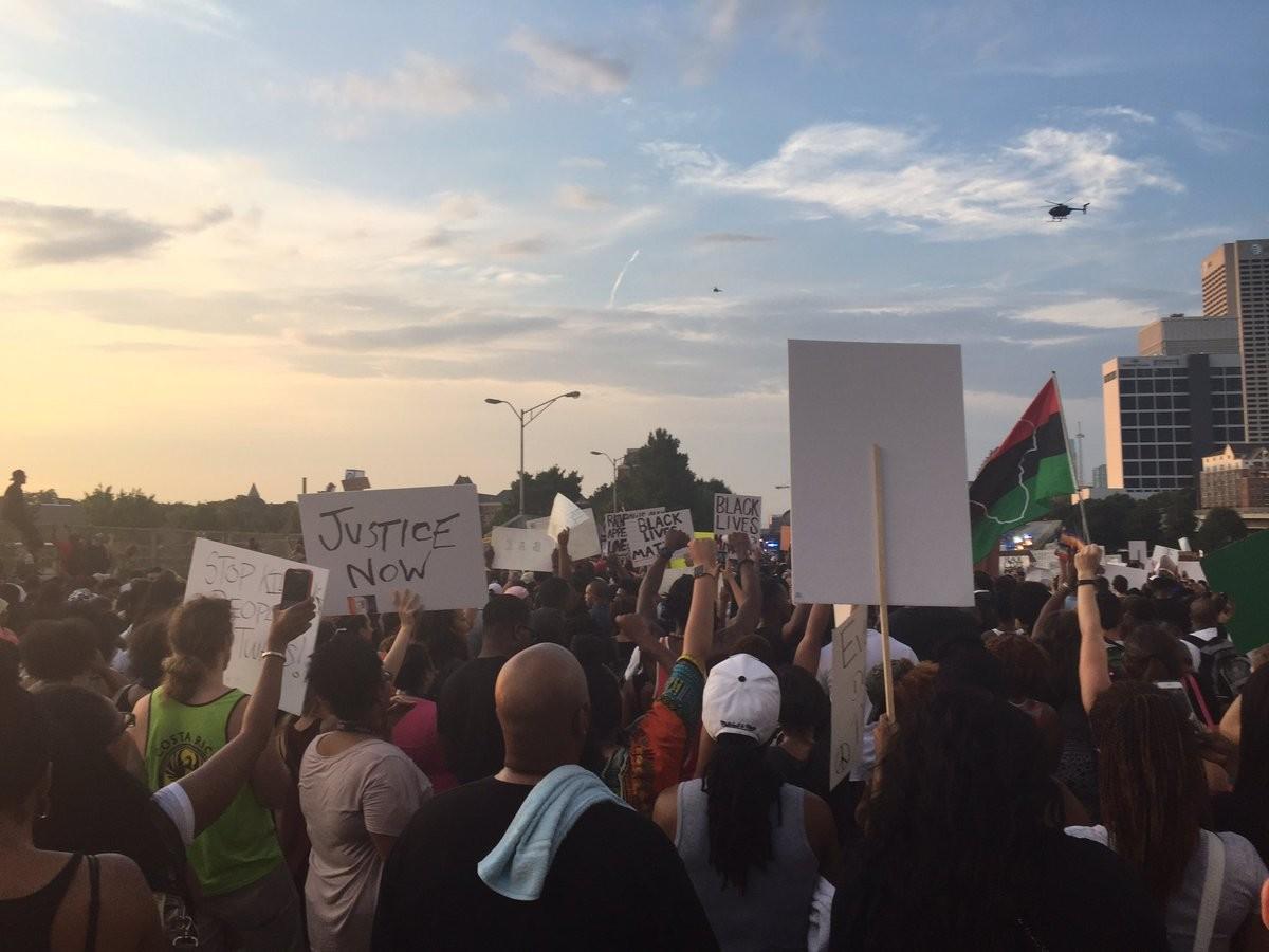 В Атланте тысячи протестующих против полицейского произвола заблокировали шоссе