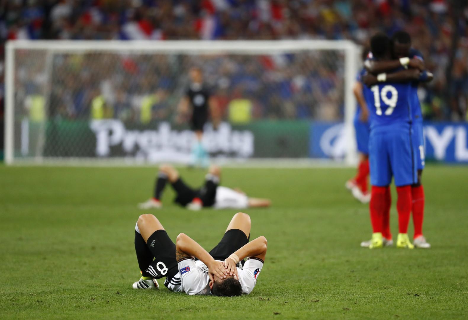 Германия проиграла в полуфинале Евро-2016. Немецкий футболист Месут Озиль лежит на траве после завершения матча полуфинала Евро-2016, в котором сборная Германии уступила сборной Франции со счётом 0:2.