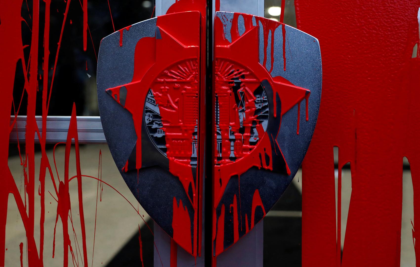 Протесты против полицейского насилия в США. Демонстранты залили дверь полицейского участка в городе Окленд, Калифорния  красной краской, символизирующей кровь погибших от рук полиции афроамериканцев.