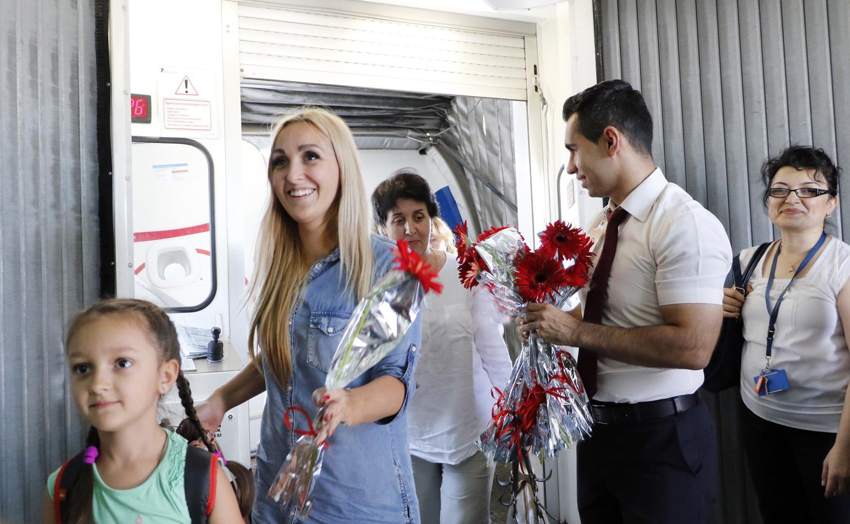 Россияне возвращаются в Турцию. Работники аэропорта в Анталье встречают туристов, прибывших из России.