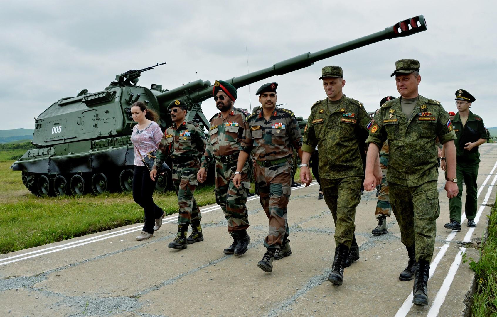 Индийские и российские военные во время осмотра боевой техники на полигоне Сергеевский в Приморском крае. Индийская военная делегация прибыла в 5-ю общевойсковую армию с целью подготовки совместных российско-индийских учений сухопутных войск «Индра-2016».