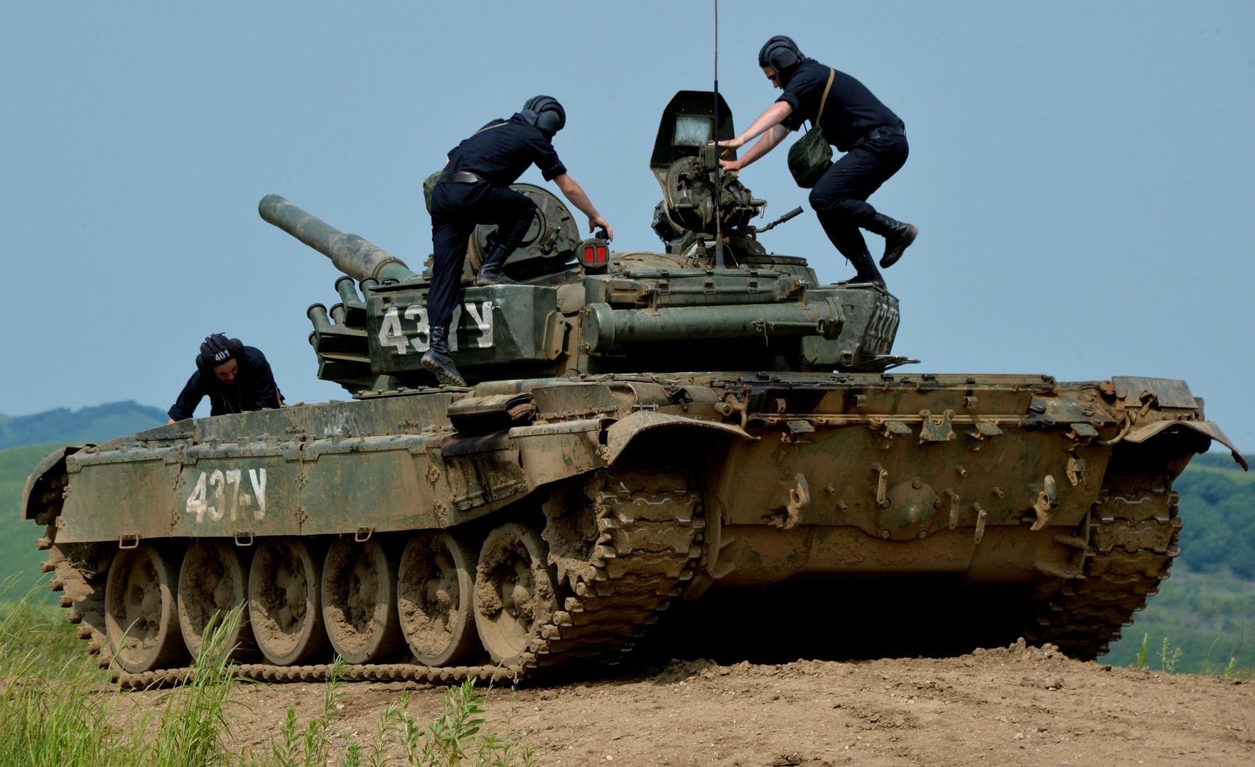 Экипаж танка Т-72 занимает свои места перед стрельбой на полигоне Сергеевский в Приморском крае. Индийская военная делегация прибыла в 5-ю общевойсковую армию с целью подготовки совместных российско-индийских учений сухопутных войск «Индра-2016».