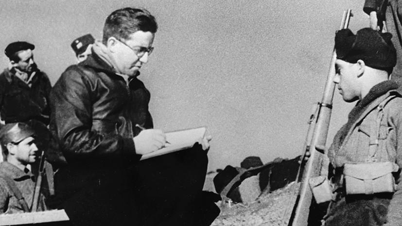 Михаил Кольцов (слева) в окопах испанских республиканцев