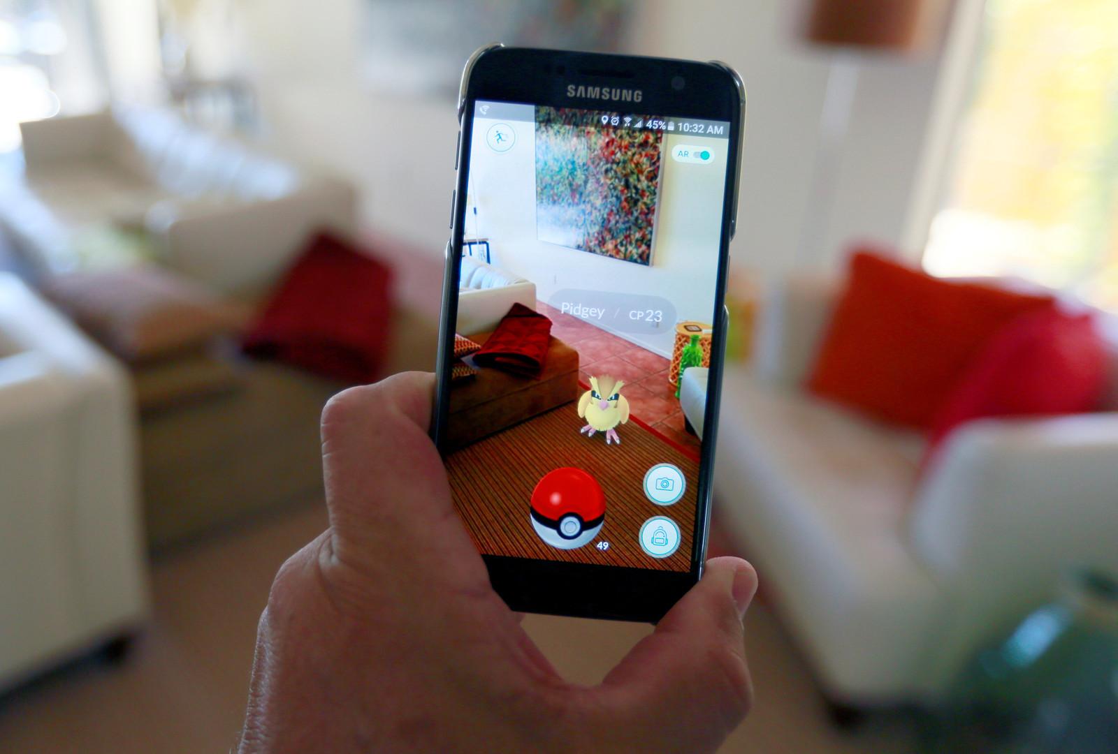 Игра для мобильных устройств Pokemon GO захватывает мир. Теперь все ловят покемонов.