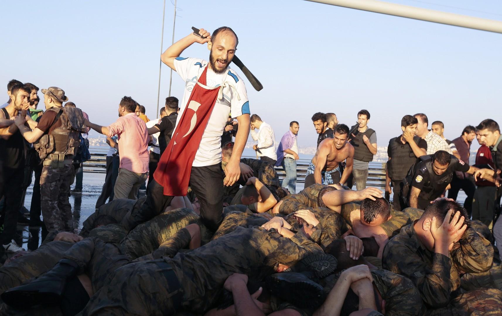 Показательная порка мятежных турецких военных на мосту через Босфор
