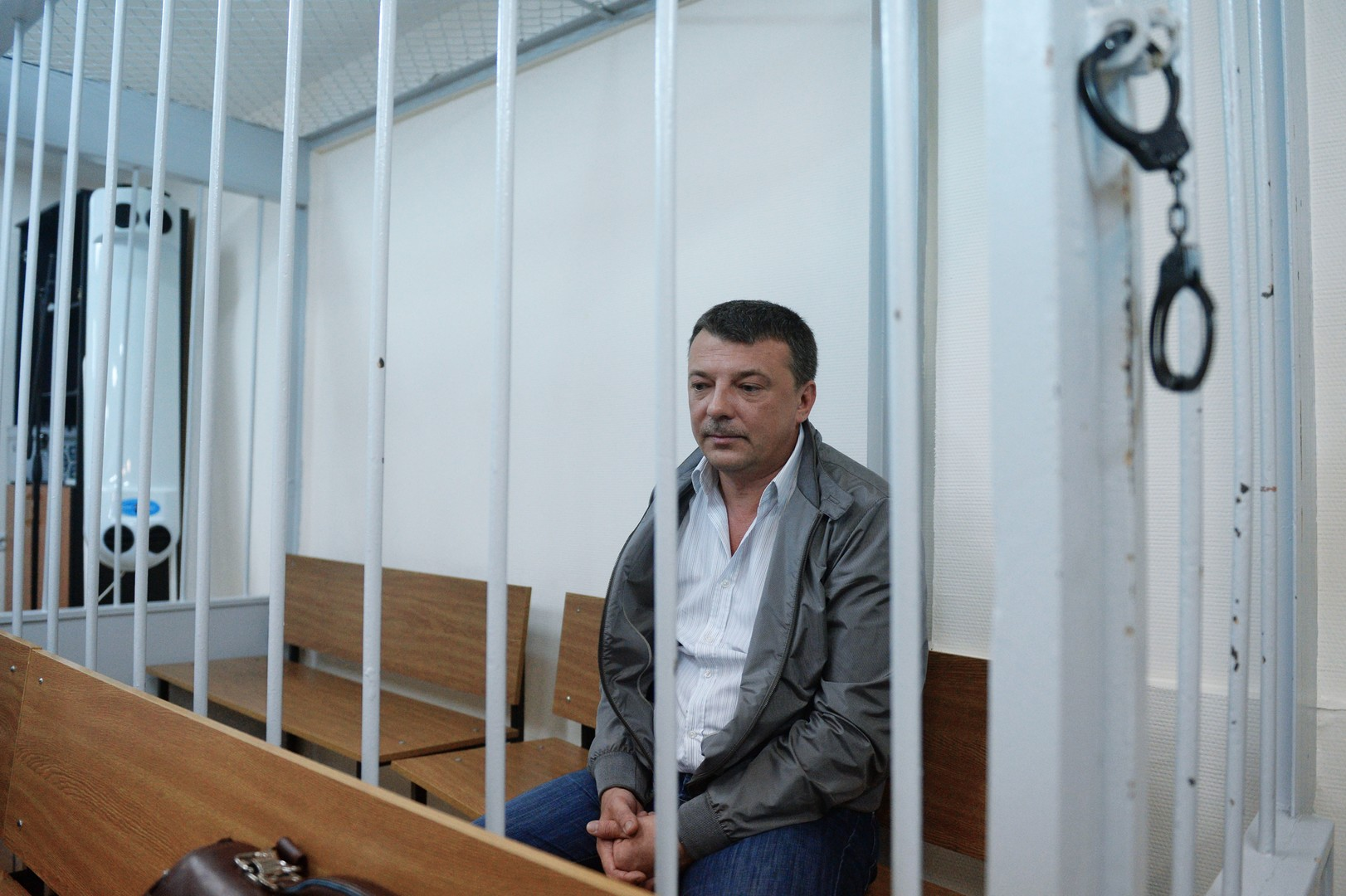 Суд санкционировал арест трёх сотрудников СК РФ по делу о взятках