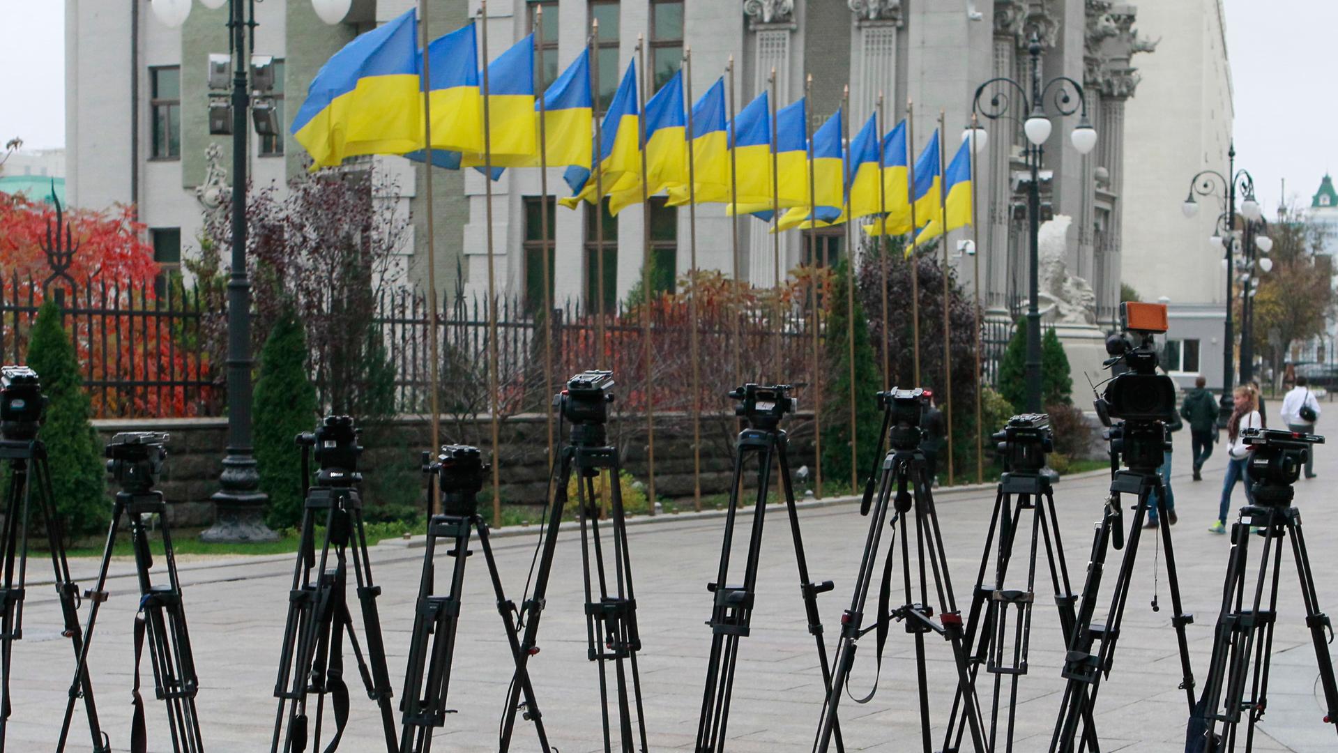 Опаснее горячих точек: как работается журналистам на Украине