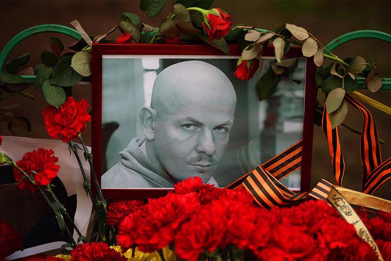 Цветы и свечи у посольства Украины в Москве в память об убитом в Киеве журналисте Олесе Бузине.