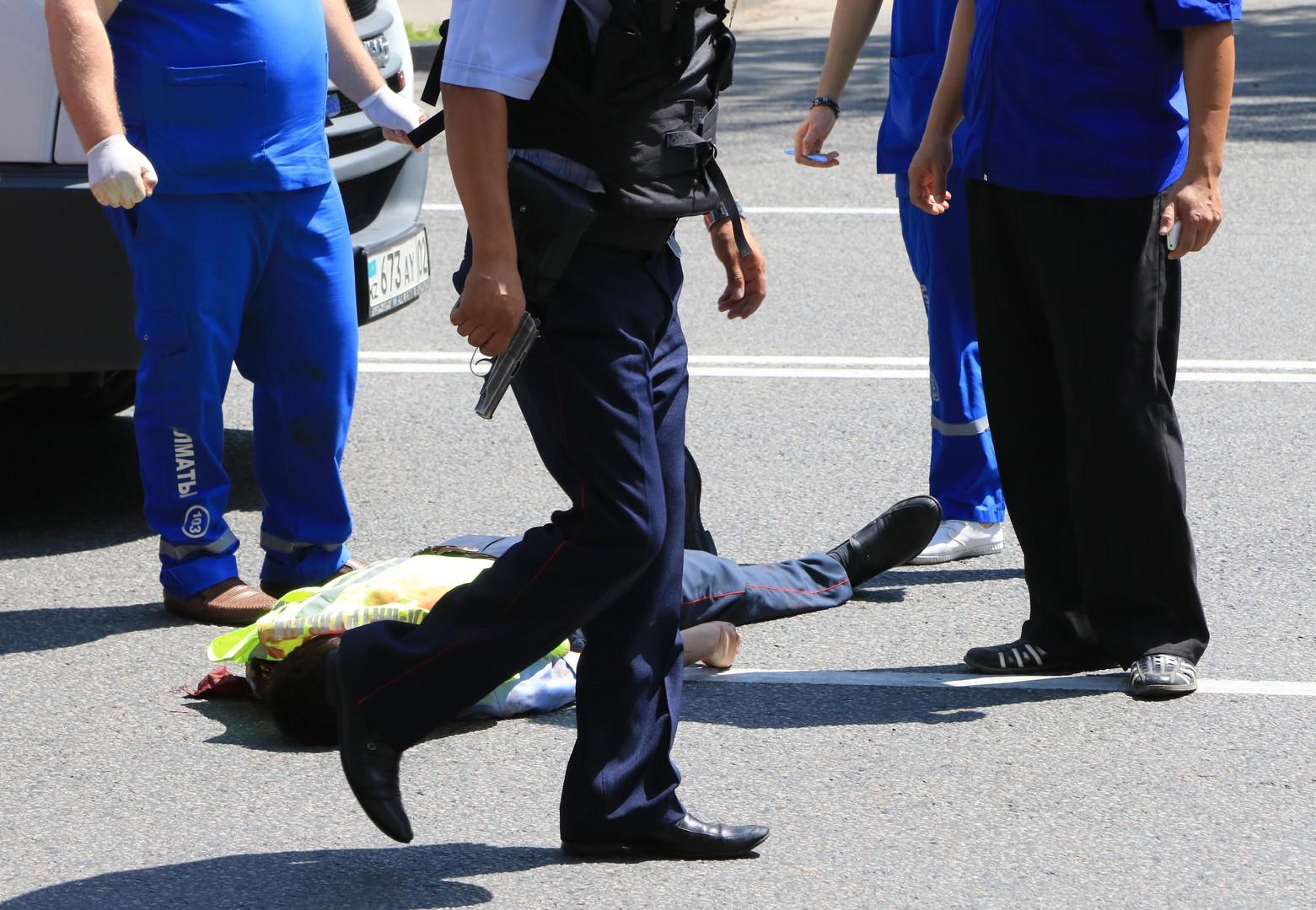 Убитый полицейский около Алмалинского районного отдела внутренних дел (РОВД) в центре Алма-Аты. Неизвестный открыл стрельбу из автомата в центре города.
