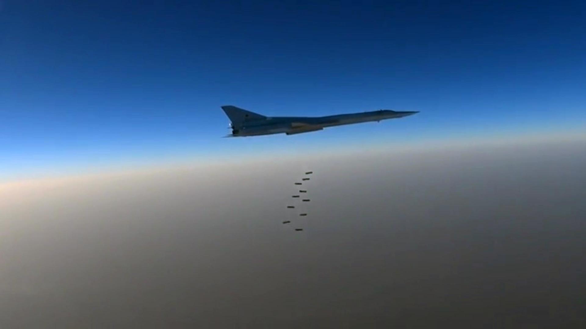 Дальний бомбардировщик ВКС РФ Ту-22м3 наносит бомбовые авиаудары по объектам ИГ в районах городов Эс-Сухне, Арак, Эт-Тэйбе в провинции Хомс в Сирии.