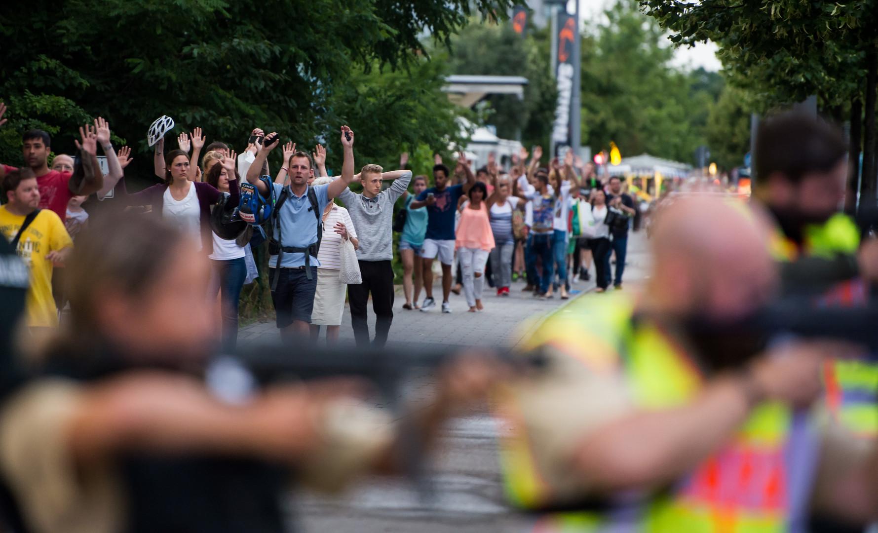 Полиция эвакуирует посетителей торгового центра в Мюнхене, после того как 18-летний немец иранского происхождения открыл огонь по местных жителям 22 июля.