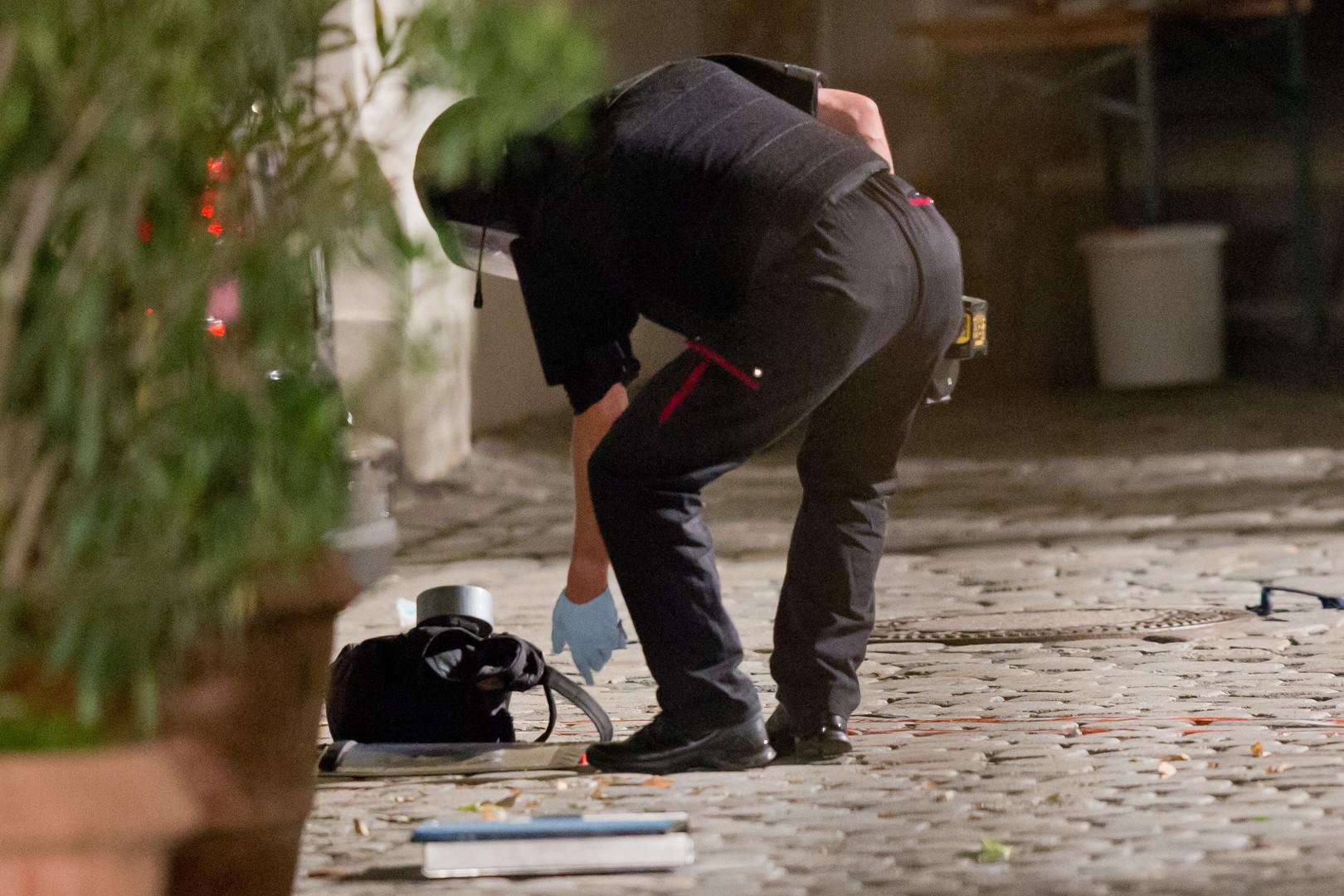 Сотрудник правоохранительных органов осматривает рюкзак погибшего террориста, который устроил взрыв в баварском Ансбахе в ночь на 25 июля.