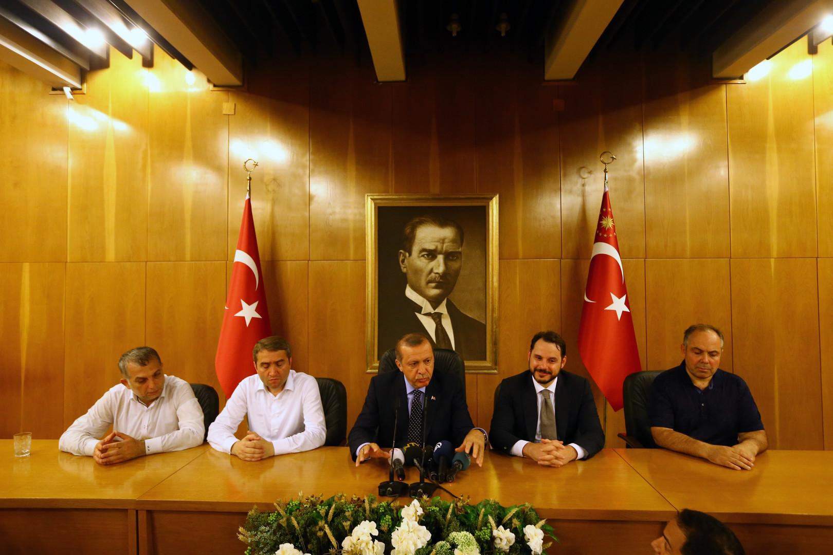 В Турции от работы отстранены почти 46 тыс. госслужащих