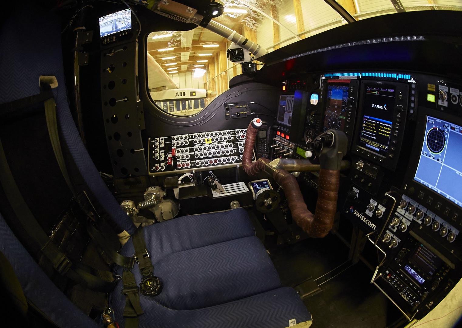 Кабина самолёта Solar Impulse 2 для одного пилота