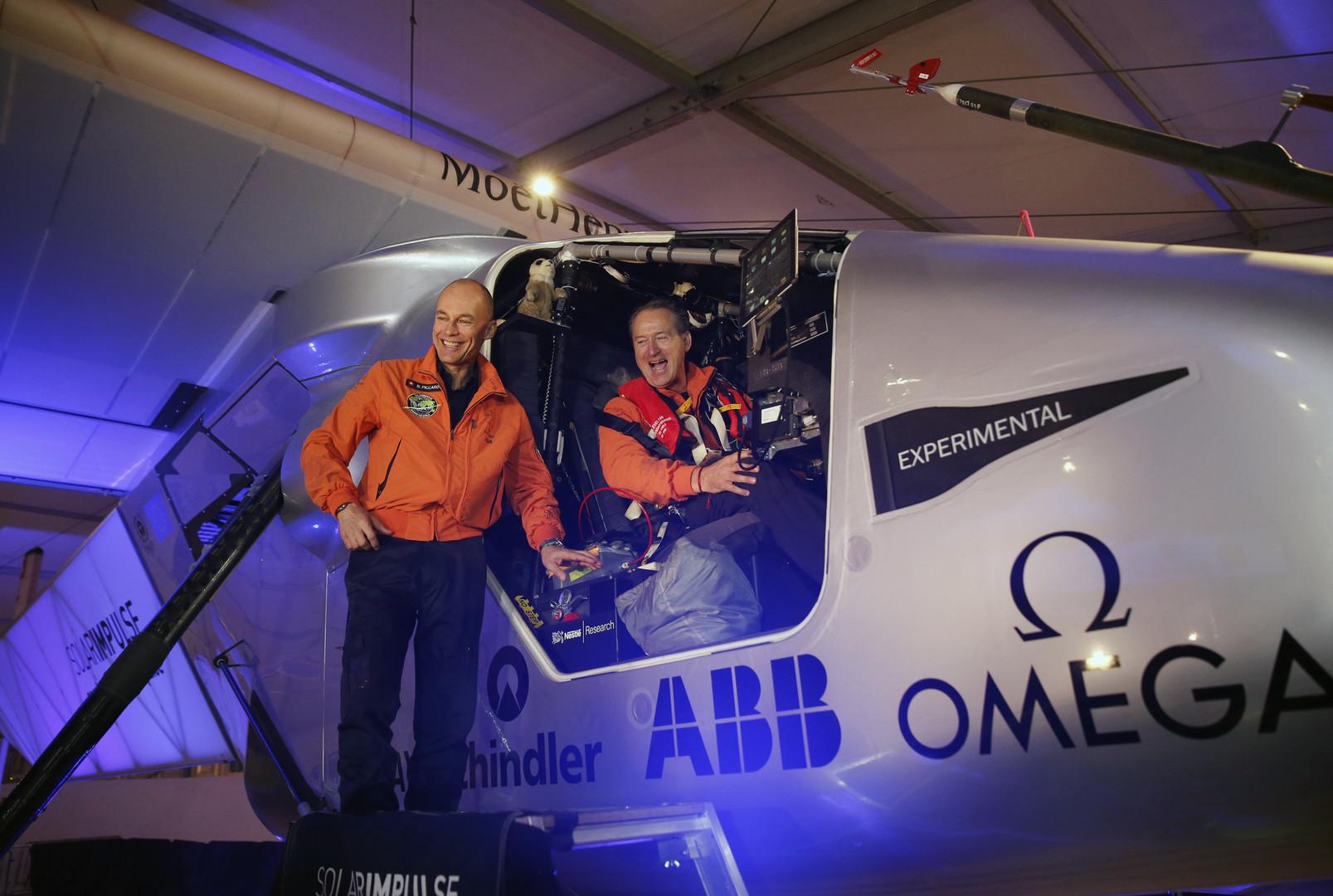 Швейцарские пилоты Андре Боршберг и Бертран Пиккар перед кругосветным полётом на Solar Impulse 2 в Абу-Даби, 9 марта 2015 года