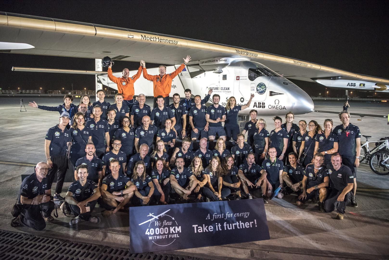 Швейцарские пилоты Андре Боршберг и Бертран Пиккар с командой  Solar Impulse 2 после завершения кругосветного путешествия в Абу-Даби, 26 июля 2016 года