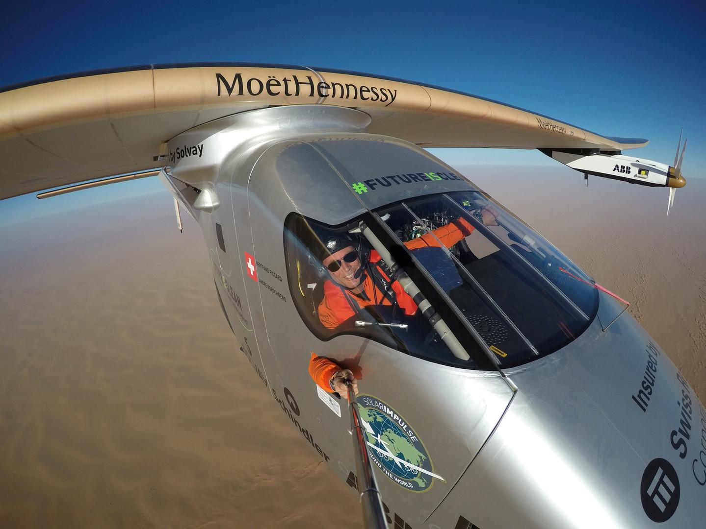Селфи швейцарского пилота Бертрана Пикара во время кругосветного путешествия на самолёте Solar Impulse 2 над Аравийским полуостровом