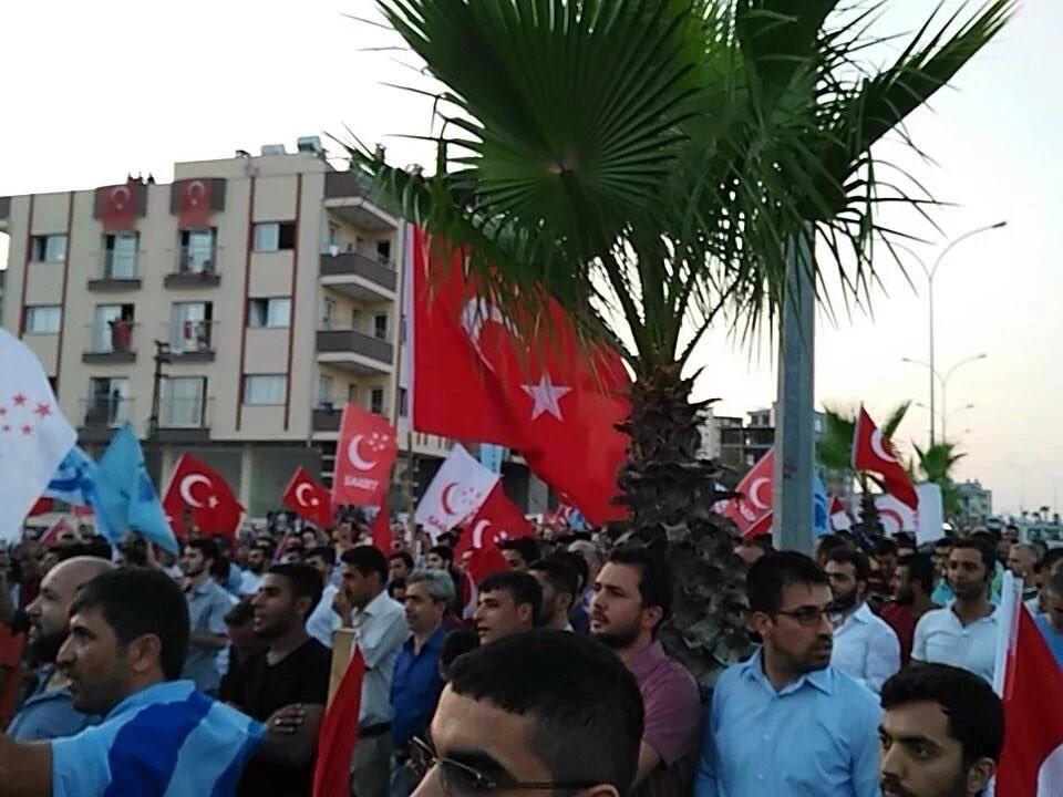 Жители Турции устроили акцию протеста у авиабазы НАТО