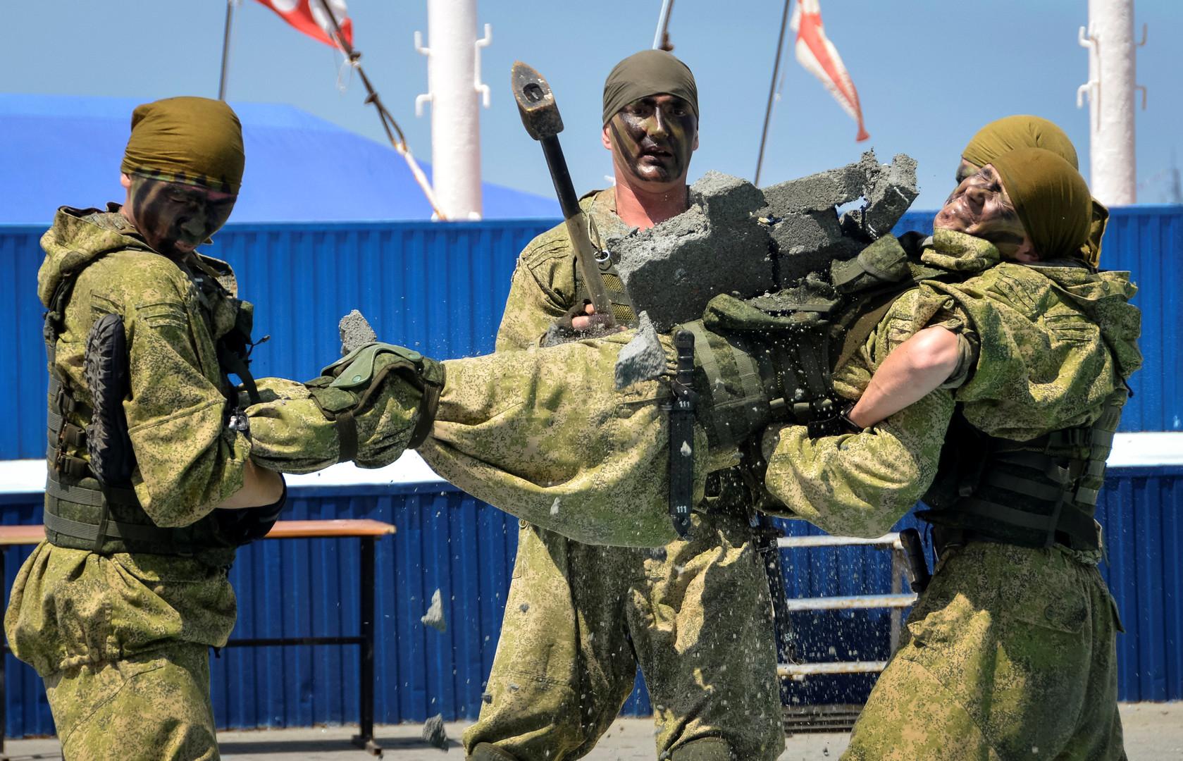 Десантники отрабатывают эвакуацию пострадавшего в рамках репетиции парада ко Дню ВМФ во Владивостоке.