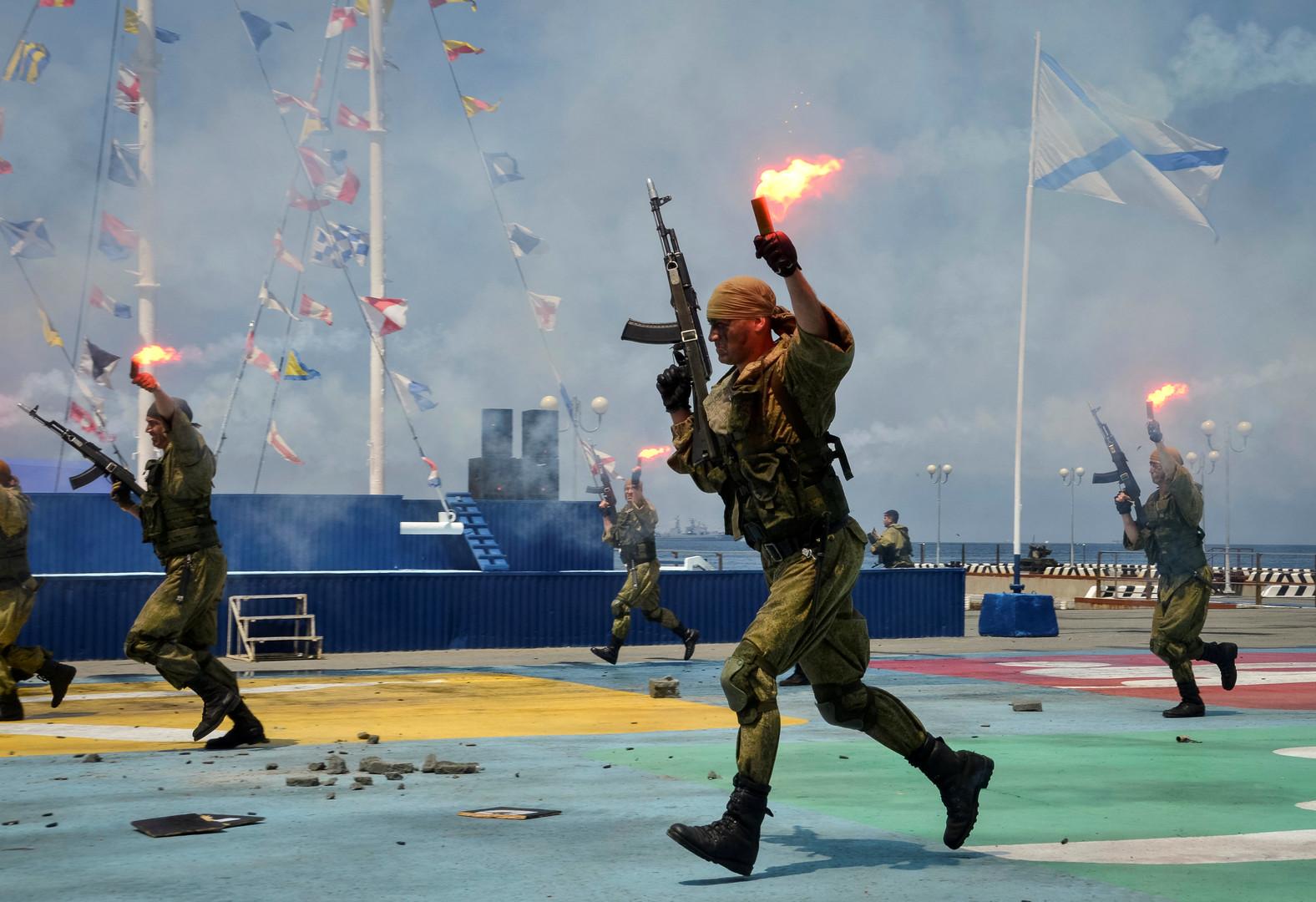 Военно-морской десант РФ принимает участие в репетиции парада ко Дню ВМФ во Владивостоке.