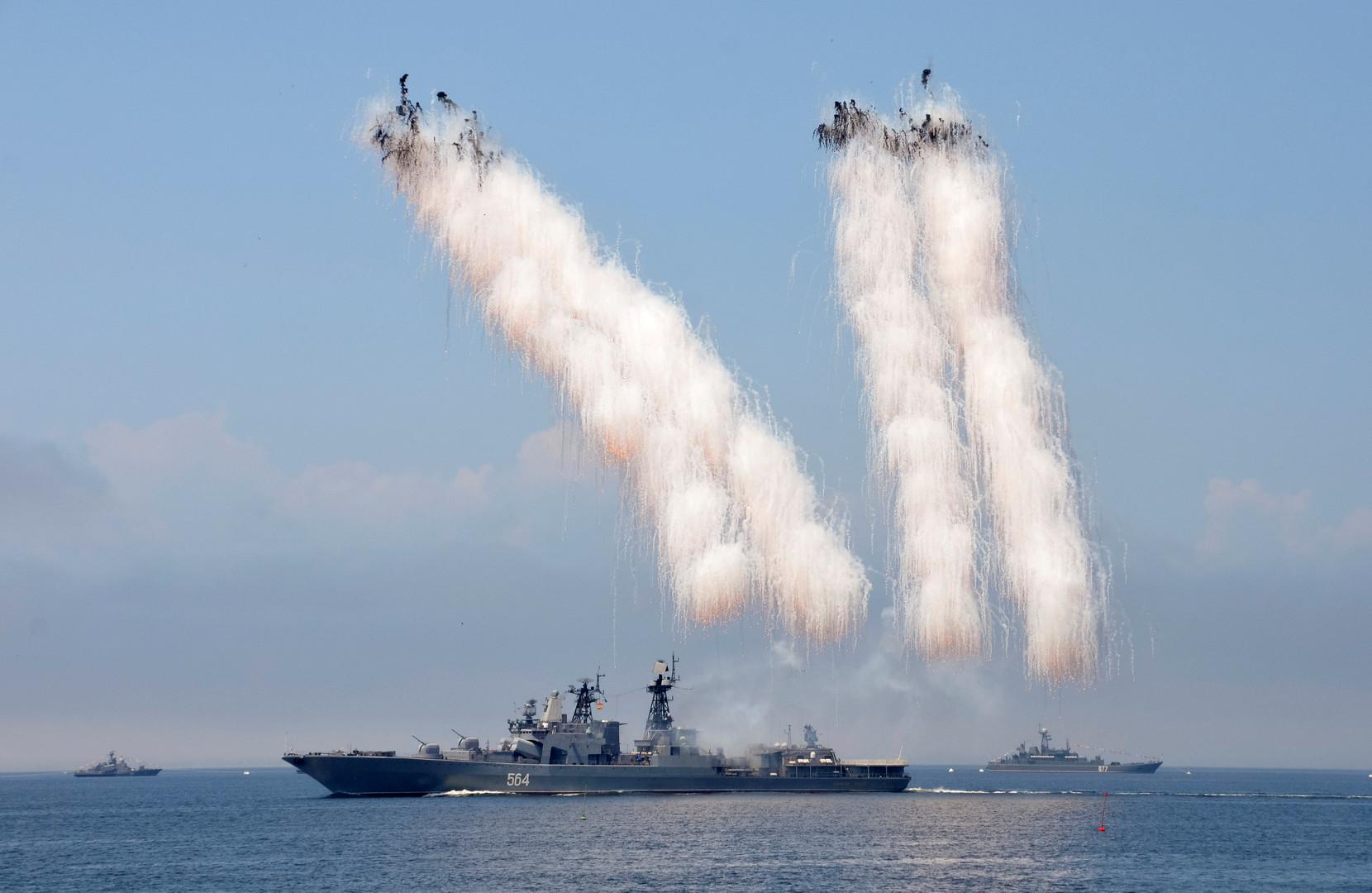 Демонстрация антиракетной артиллерии в рамках репетиции парада ко Дню ВМФ во Владивостоке.