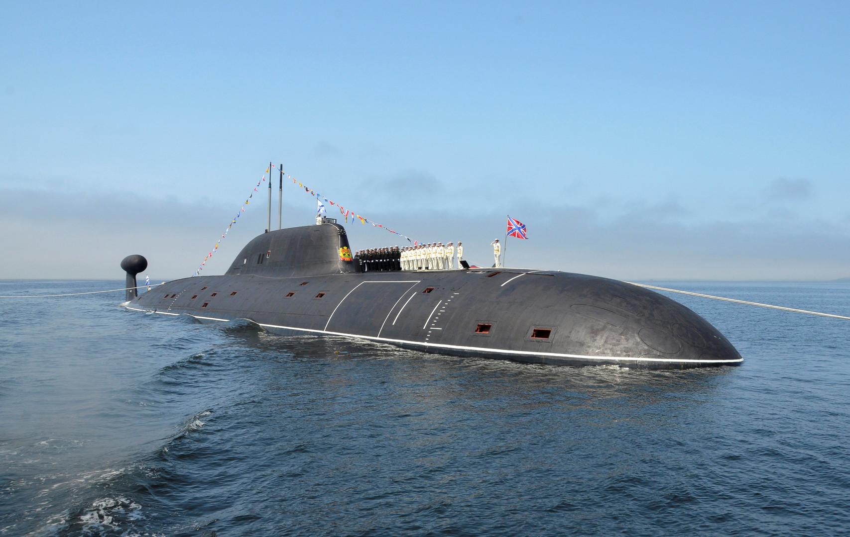Экипаж атомной подводной лодки «Кузбасс» выстроился на фюзеляже судна в рамках репетиции парада ко Дню ВМФ во Владивостоке.