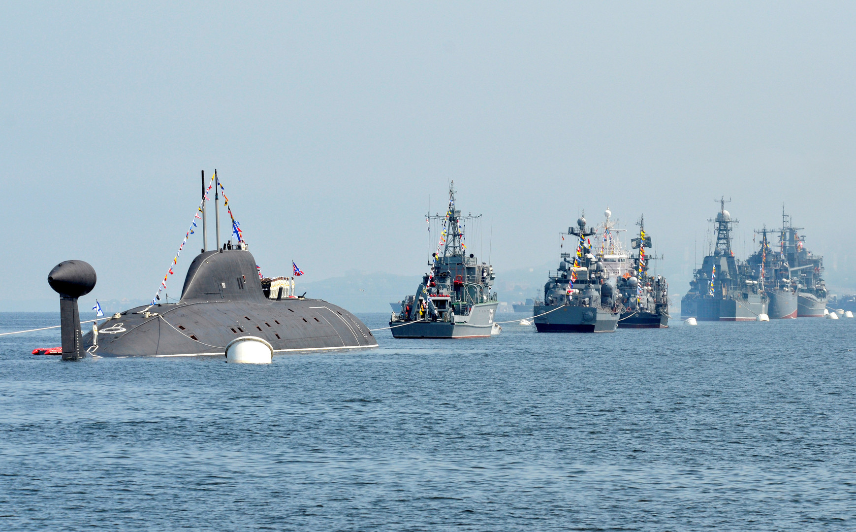 Российские военные корабли выстроились для репетиции парада ко Дню ВМФ во Владивостоке.
