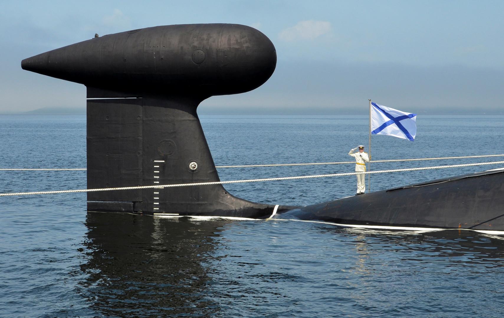 Моряк-подводник на атомной субмарине «Кузбасс» отдаёт честь в рамках репетиции парада ко Дню ВМФ во Владивостоке.