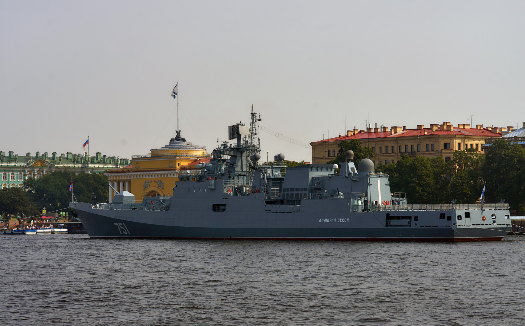 Сторожевой фрегат «Адмирал Эссен» в акватории реки Невы, который 31 июля примет участие в параде, посвящённом Дню Военно-морского флота России