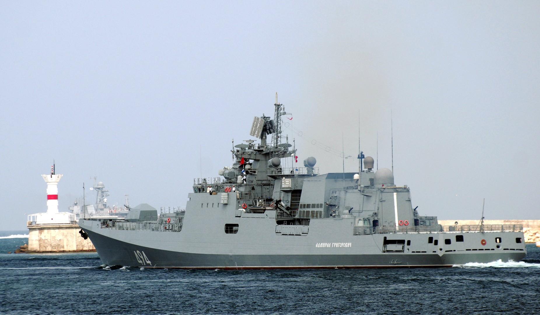 Сторожевой корабль «Адмирал Григорович» во время генеральной репетиции военно-морского парада, посвящённого Дню Военно-морского флота России