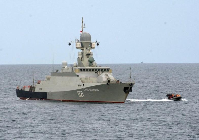 Малый ракетный корабль «Град Свияжск» во время учений «Центр-2015» в Каспийском море