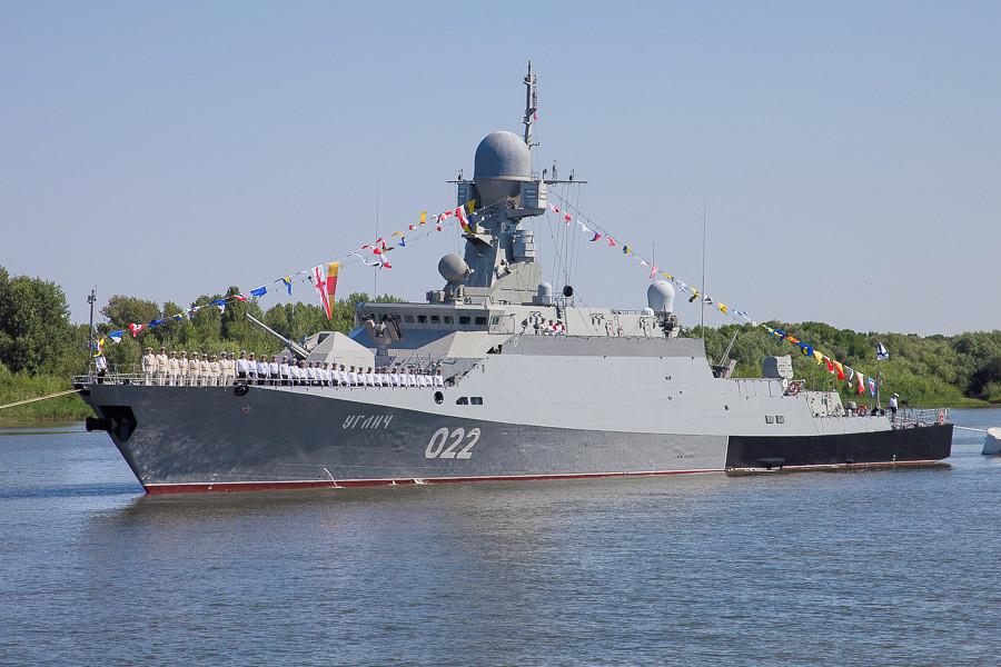 «Углич» на военно-морском параде Каспийской флотилии в честь празднования Дня Военно-морского флота России