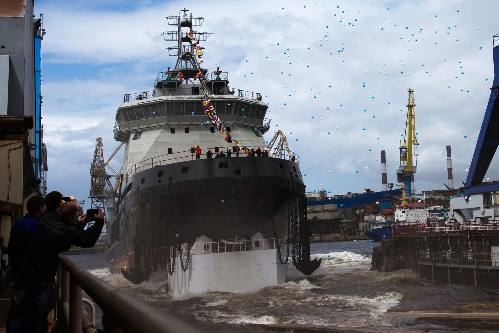 Дизель-электрический ледокол проекта 21180 «Илья Муромец», построенный для ВМФ России, во время церемонии спуска на воду в Санкт-Петербурге