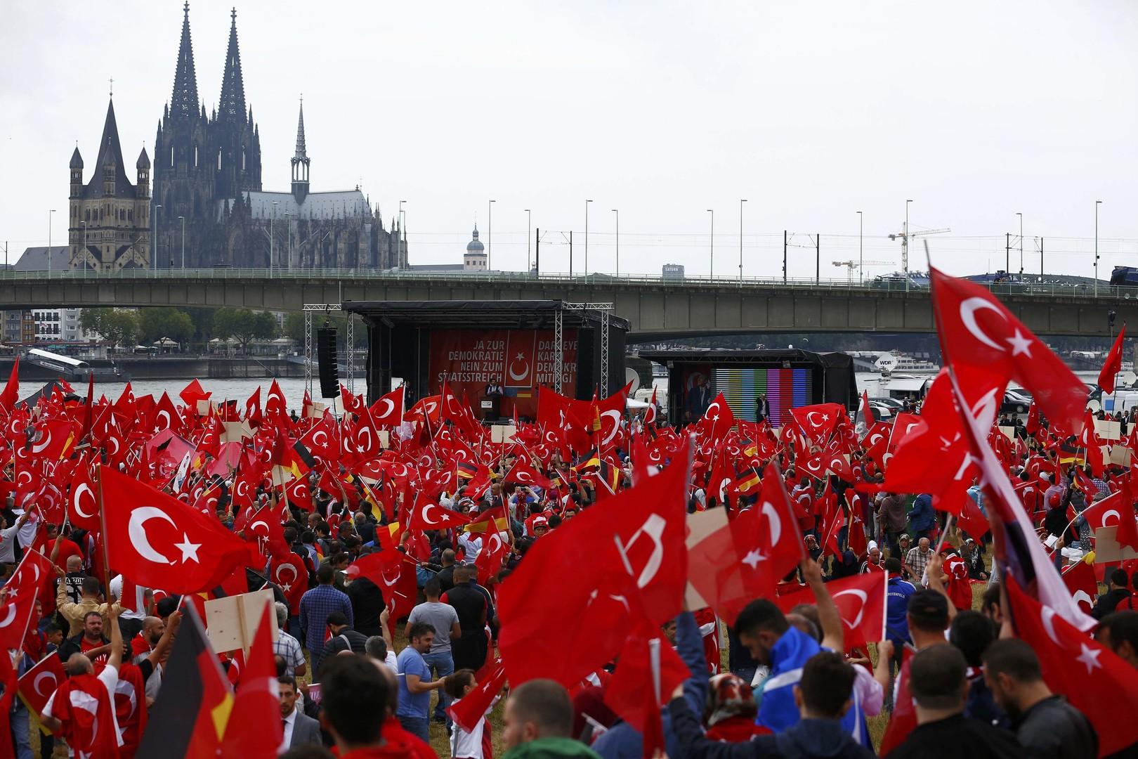Кёльн за Эрдогана: десятки тысяч человек вышли на митинг в поддержку Турции