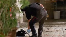 Полицейский в Ансбахе осматривает рюкзак, в котором террорист переносил взрывчатку