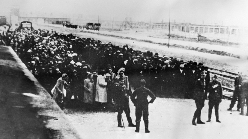 Первые заключённые транспортируются в Освенцим, созданный 27 апреля 1940 года по распоряжению Генриха Гиммлера.