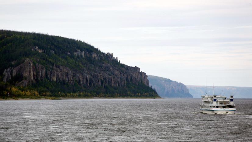В Якутии сел на мель теплоход, на борту которого более 100 человек