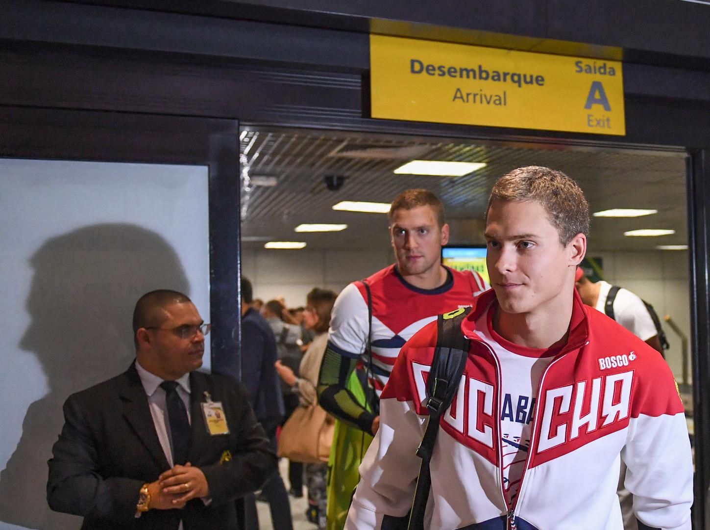 Спортсмены олимпийской сборной России по плаванию Владимир Морозов (на первом плане) и Андрей Гречин в аэропорту «Сантос Дюмон» в Рио-де-Жанейро