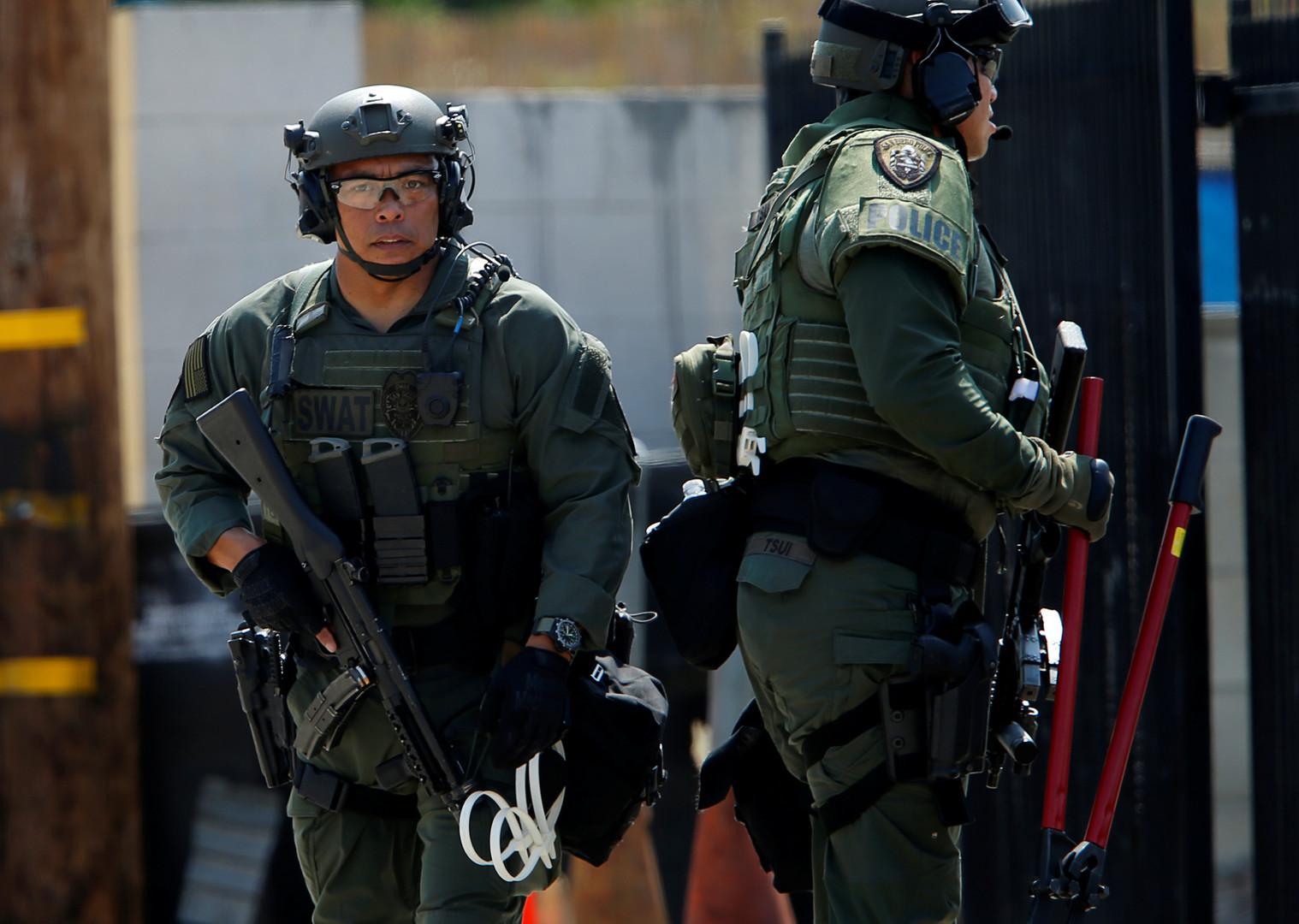 Спецназ провёл рейд после сообщений о захвате заложников в Ньюарке