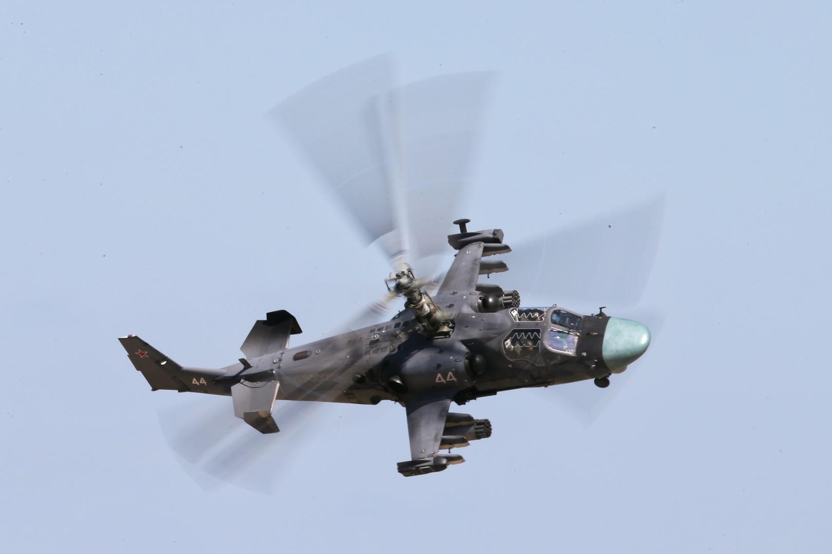 Боевой вертолёт Ка-52 «Аллигатор» во время конкурса «Авиадартс-2016», проходящего в рамках «Международных армейских игр-2016», на полигоне «Дубровичи» в Рязанской области.