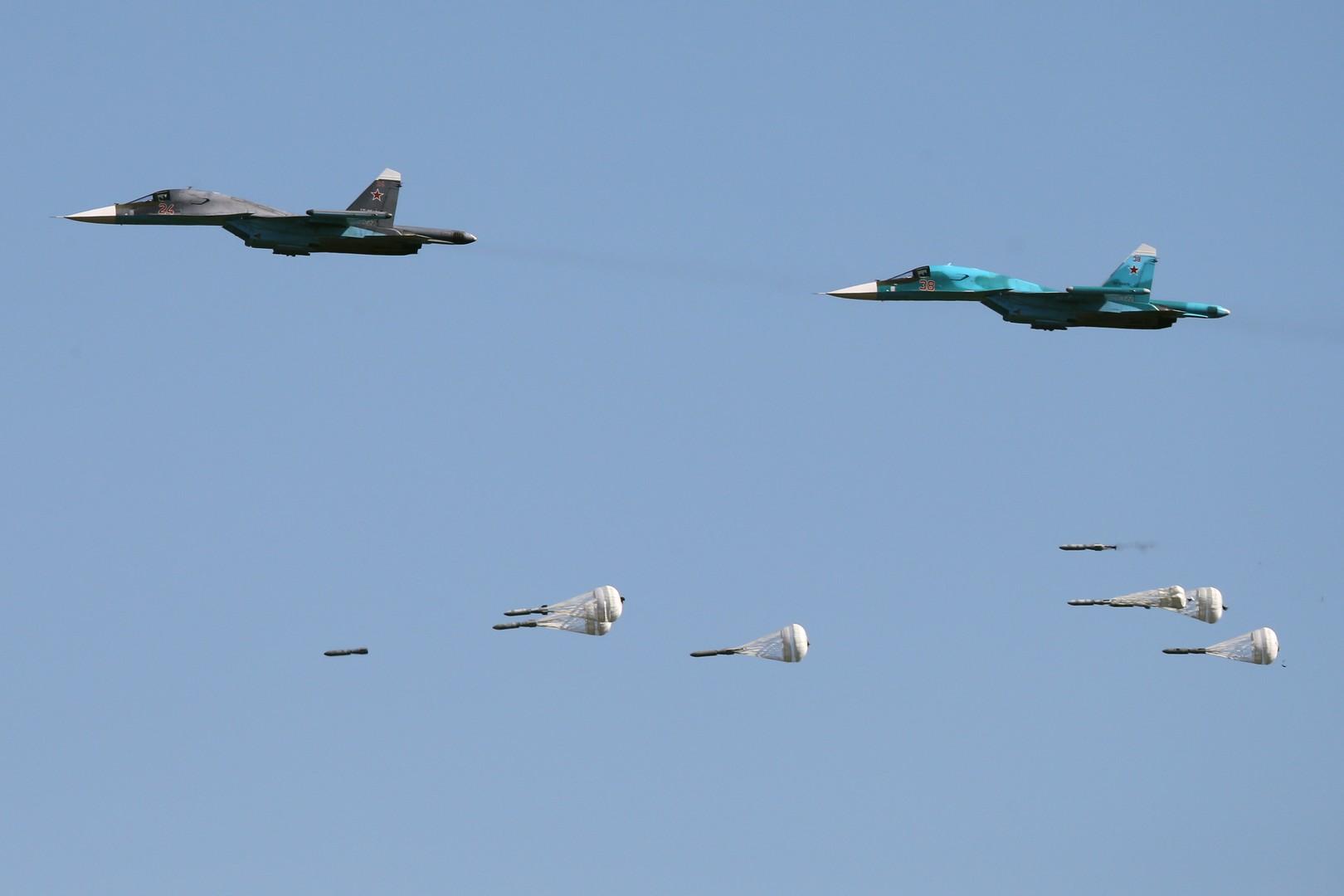 Многофункциональные истребители-бомбардировщики Су-34 во время конкурса «Авиадартс-2016», проходящего в рамках «Международных армейских игр-2016», на полигоне «Дубровичи» в Рязанской области.