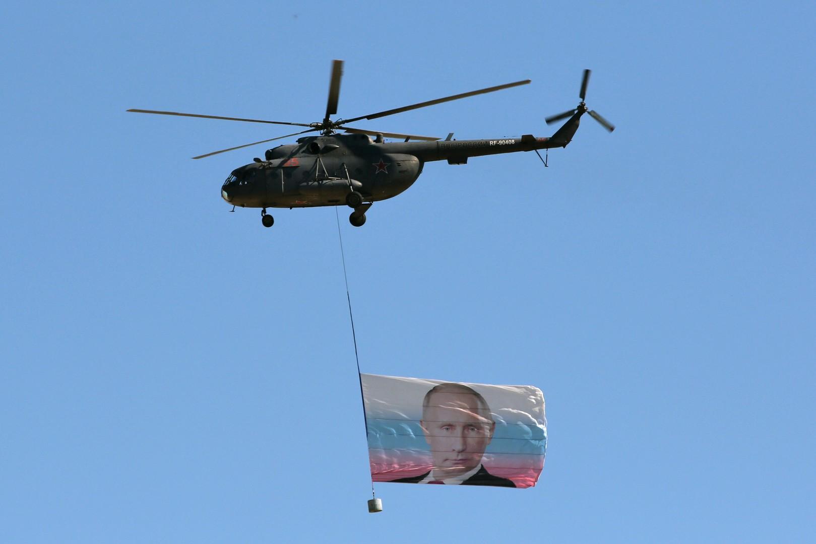Вертолёт Ми-8 во время конкурса «Авиадартс-2016», проходящего в рамках «Международных армейских игр-2016», на полигоне «Дубровичи» в Рязанской области.
