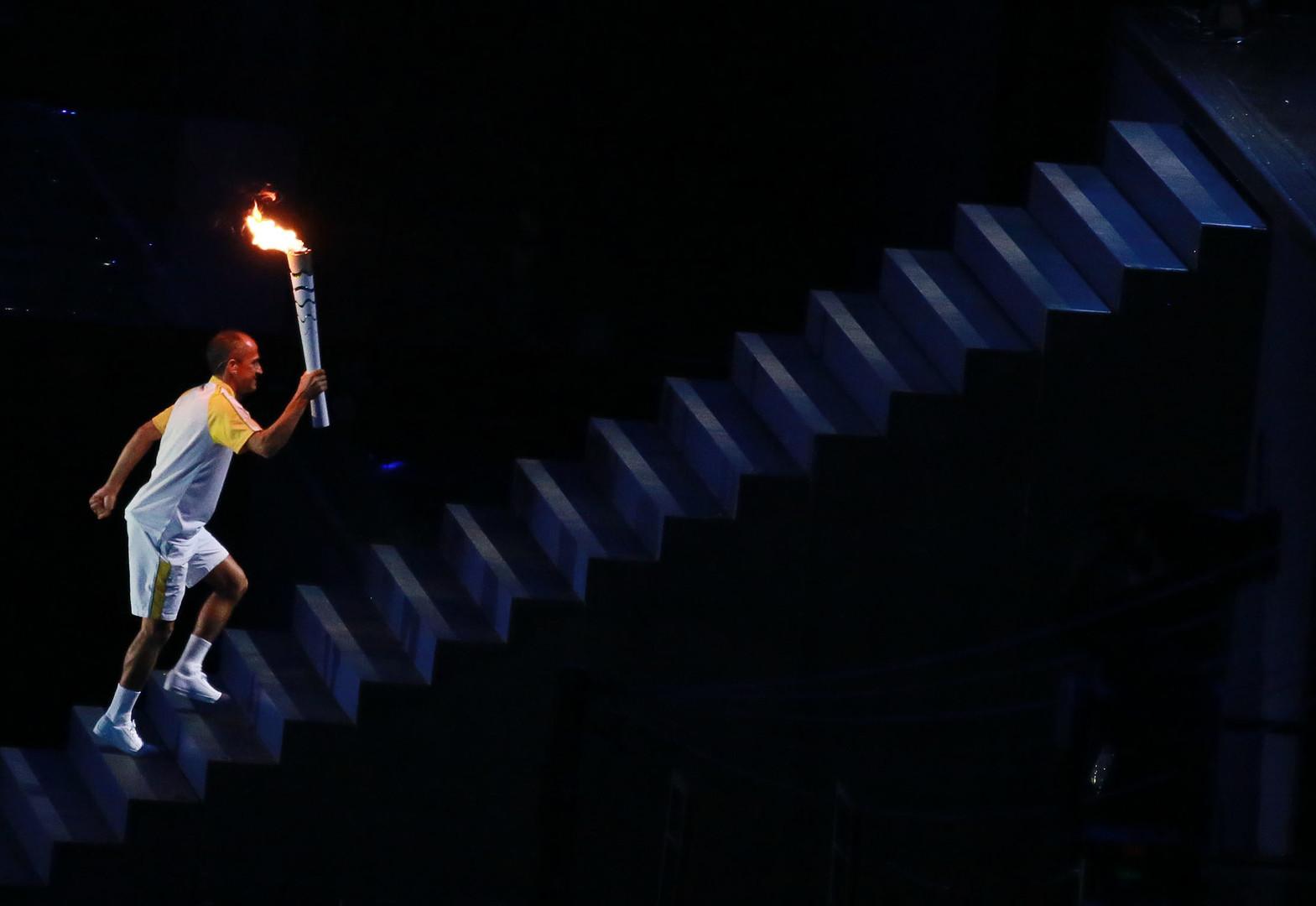 Церемония открытия Олимпийских игр в Рио-де-Жанейро. Бразильский марафонец Вандерлей де Лима готовится зажечь Олимпийский огонь на стадионе «Маракана».