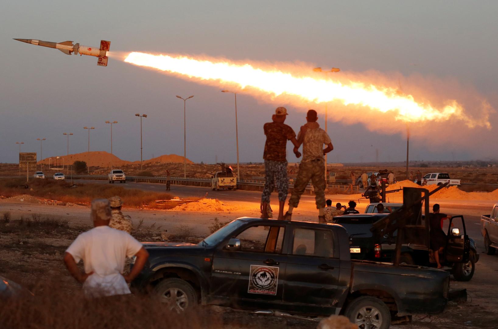 Ливийские боевики в Сирте наблюдают за полетом ракеты, выпущенной по ИГ.